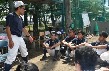 筑波高の野球部員に交じり、田嶋一彦監督(左)の指導に耳を傾ける明野高の渡辺駿介さん(左から3人目)=つくば市北条
