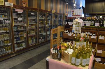 つくば市産のワインなどを取り扱う「美酒堂研究学園店」の店内=つくば市研究学園