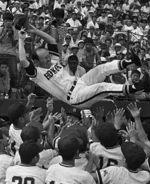 全国高校野球選手権茨城大会で鉾田一高を2度目の優勝に導き、胴上げされる天野清二監督=1982年7月31日、水戸市民球場