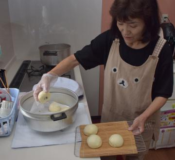 饅頭を作る谷田川洋子さん=行方市白浜