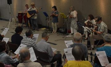 1970年代のヒット曲を演奏する「坂本邦興とメモリーズ」=水戸市南町