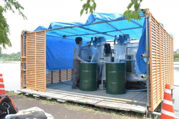 千波湖で1日から稼働が始まった「アオコ抑制対策装置」=水戸市千波町