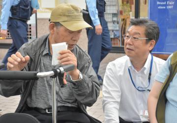 情報提供を呼び掛ける県警捜査1課の中山文雄課長(右)=6日午後5時11分、埼玉県草加市