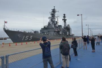 護衛艦ゆうぎりの前で撮影する入場者=茨城港大洗港区