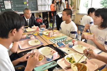 前場文夫市長とともに、カザフスタン料理を体験する生徒たち=結城市大木