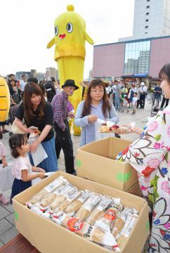 「納豆の日」に合わせ、わらつと納豆が無料配布された=JR水戸駅南口、菊地克仁撮影