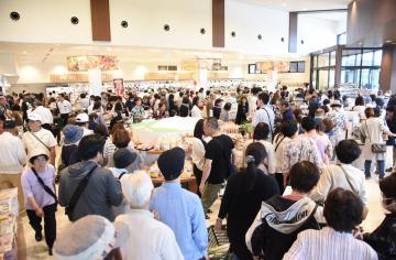 開業初日から大勢の来場者が詰め掛けた「道の駅グランテラス筑西」=筑西市川澄