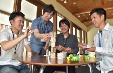 稲敷市の地域おこし協力隊4人。隊員の1人は「ボードゲーム」の普及で地域活性化を目指している=同市江戸崎甲