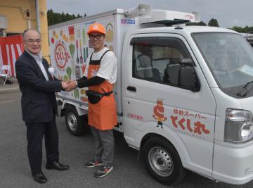 出発式で握手を交わすセイミヤの加藤勝正社長(左)とドライバーの新堀至啓さん=セイミヤ鉾田舟木店