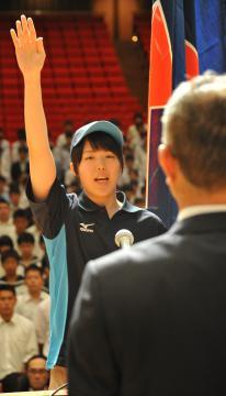 結団式で選手宣誓をするバスケットボール女子・明秀日立の柳瀬柚奈主将=水戸市千波町