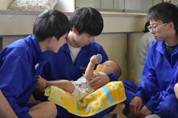 赤ちゃんと触れ合う鹿島高の生徒たち=鹿嶋市城山