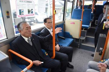 本運行を開始した循環バスに試乗した、須藤茂市長と菊池雅裕副市長(左から)=筑西市甲
