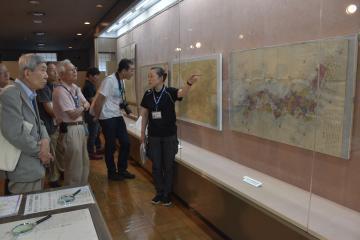 長久保赤水の地図を興味深そうに見つめる研究者たち=高萩市高萩