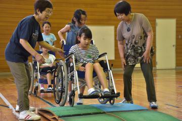 車いすの操作を学ぶ児童たち=常陸太田市谷河原町