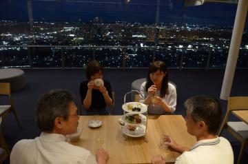 リニューアルし夜景を見ながらアルコールや紅茶を楽しめるようになった県庁25階展望ロビー北側=水戸市笠原町