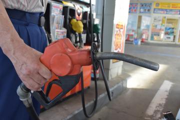 ガソリンを給油する従業員(写真はイメージです。事件とは関係ありません)