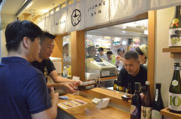 29銘柄の地酒が立ち飲みで楽しめる「いばらき地酒バー水戸」=31日午後4時40分ごろ、水戸市宮町