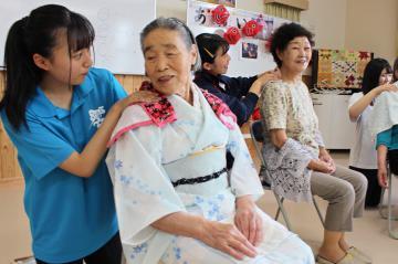 「ちょうどあなたぐらいの頃に大曲浜の農家に嫁いだの」と昔話をするお年寄り(左から2人目)=宮城県東松島市