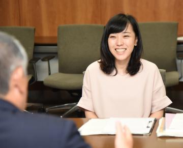 須藤茂市長と懇談する第61次南極地域観測隊同行者の北沢佑子さん=筑西市役所