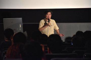 舞台あいさつでアニメ映画「この世界の片隅に」について語る片渕須直監督=土浦市川口