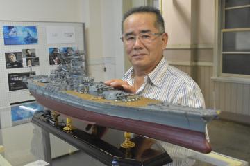 筑波海軍航空隊記念館に展示されている戦艦大和の金属模型と作者の青柳智宏さん=笠間市旭町
