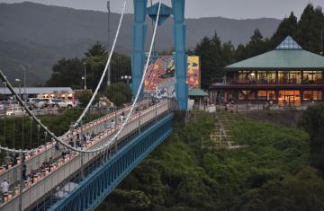幻想的な明かりがともる「竜神峡灯ろうまつり」=常陸太田市天下野町