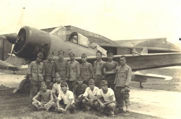 1943年ごろに撮影された古河地方航空機乗員養成所。生徒たちの背景に練習機や施設などが写る