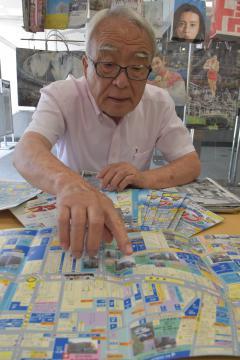 中心商店街マップについて説明する大橋章さん=水戸市南町