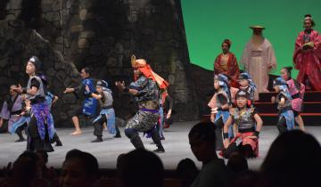 本県の子どもたちも一緒に踊った「肝高の阿麻和利」のワンシーン=小美玉市部室