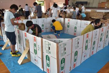 協力して宿泊用の段ボールハウスを作る児童たち=常陸太田市内田町
