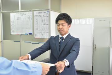 万引犯を捕まえ感謝状を受け取る「つくばユナイテッドサンガイア」の関谷拓巳さん=土浦警察署