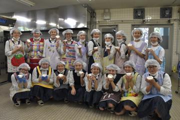 試作品のアイスクリームを手にする鬼怒商高の生徒たち=笠間市安居の県農産加工指導センター