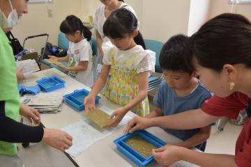 ゾウのうんちを使ったはがき作りに挑戦する子どもたち=日立市宮田町