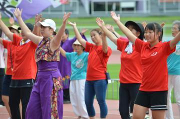 全国障害者スポーツ大会開会式での演技を練習する出演者ら=笠松運動公園陸上競技場