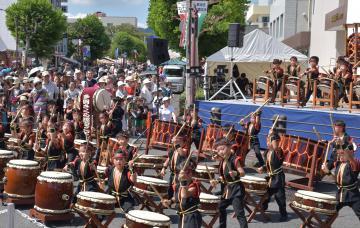 大勢の来場者を前に元気いっぱいの和太鼓を披露する子どもたち=日立市多賀町