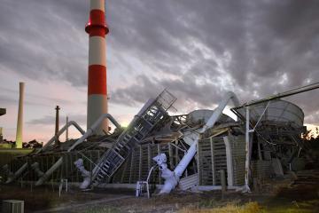 台風の影響で倒壊したJMTR冷却塔=9日午後6時22分、大洗町成田町、鹿嶋栄寿撮影