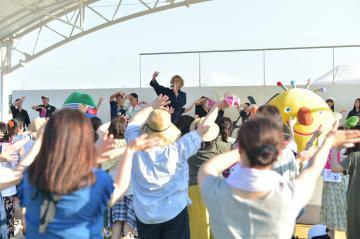 安達勇人さんのステージを盛り上げる茨城国体のマスコットキャラクターのいばラッキー(右)