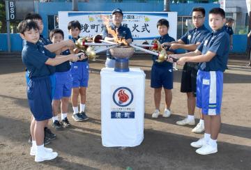 炬火イベントで「境町の火」を誕生させた児童生徒ら=境町さしま環境センター野球場