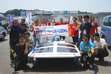 ソーラーカーレースで初優勝した「JAGつくばソーラーカーチーム」=三重県・鈴鹿サーキット