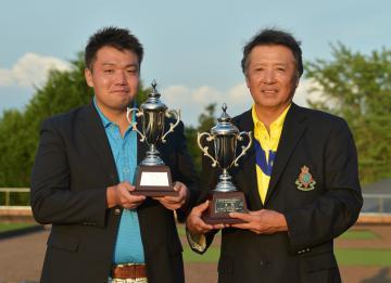第32回茨城アマチュアダブルスゴルフ選手権大会で優勝した上村悠・上村努組(左から)=宍戸ヒルズCC、吉田雅宏撮影