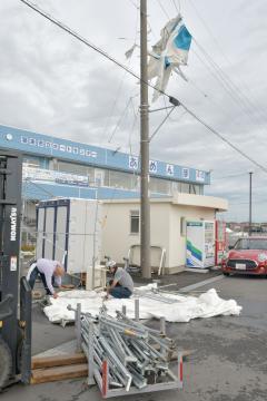 台風15号の強風で飛ばされ、電線に引っ掛かったテント=9日午前11時34分ごろ、潮来市潮来のボートセンターあめんぼ
