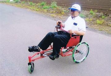新型の足こぎ3輪車いすと開発した角田米男さん