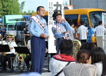 一日警察署長を務めた鉾田市出身のお笑いコンビ「カミナリ」=水戸市小吹町
