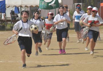 教員志望者の体験実習で、母校の体育祭を手伝う県立鉾田一高の生徒たち=鉾田市鉾田の市立鉾田南中