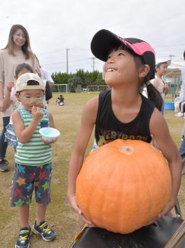 重量当てクイズが人気の「ジャンボかぼちゃフェスティバル」=鉾田市大竹