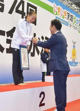 〈少年女子板飛び込み〉2位となり、表彰を受ける北村夢(茨城高)