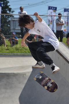 豪快な技を見せるプロのスケートボーダー、吉川楓さん=下妻市下妻丁