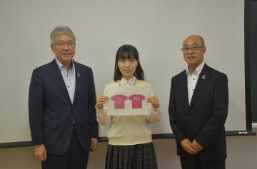 Tシャツデザインで最優秀賞に輝いた後藤舞衣子さん(中央)とNPO法人I・M・Cの関係者=水戸市谷津町