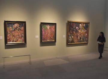 下館祇園まつりの様子を描いた森田茂の油彩画(右、左)=筑西市丙のしもだて美術館