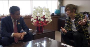 先崎光那珂市長に思いを伝える安達勇人さん=那珂市役所